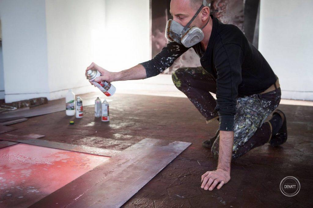 L'artiste Sylvain Polony crée une oeuvre à la bombe aérosol