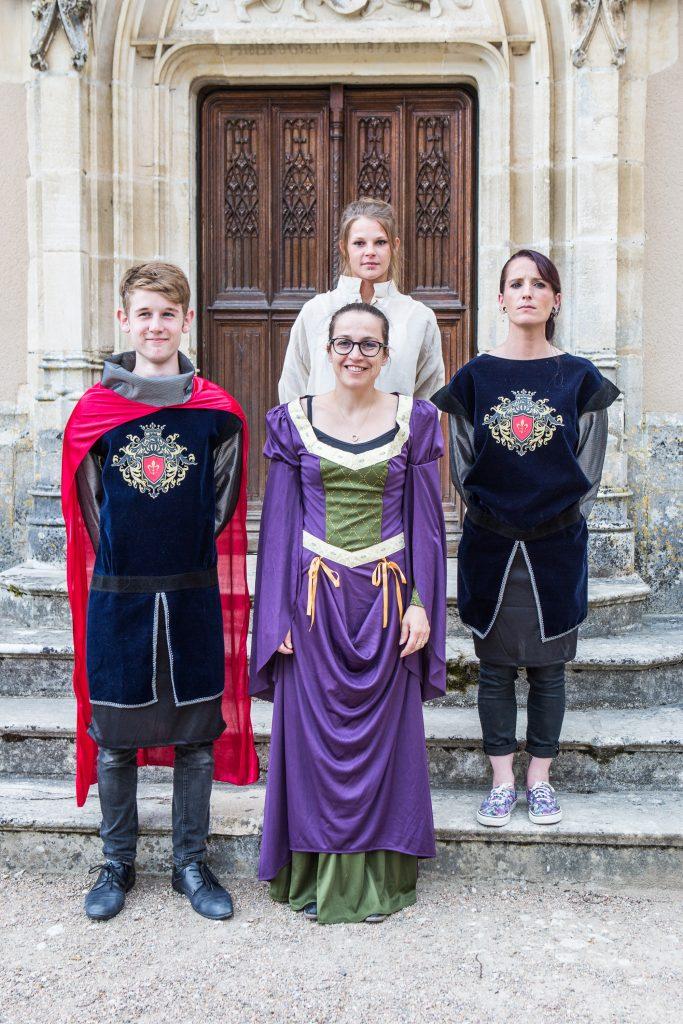Costumes Renaissance sur marches de la Chapelle