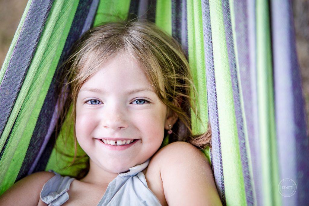 Sourire ingénu et yeux bleus lavande