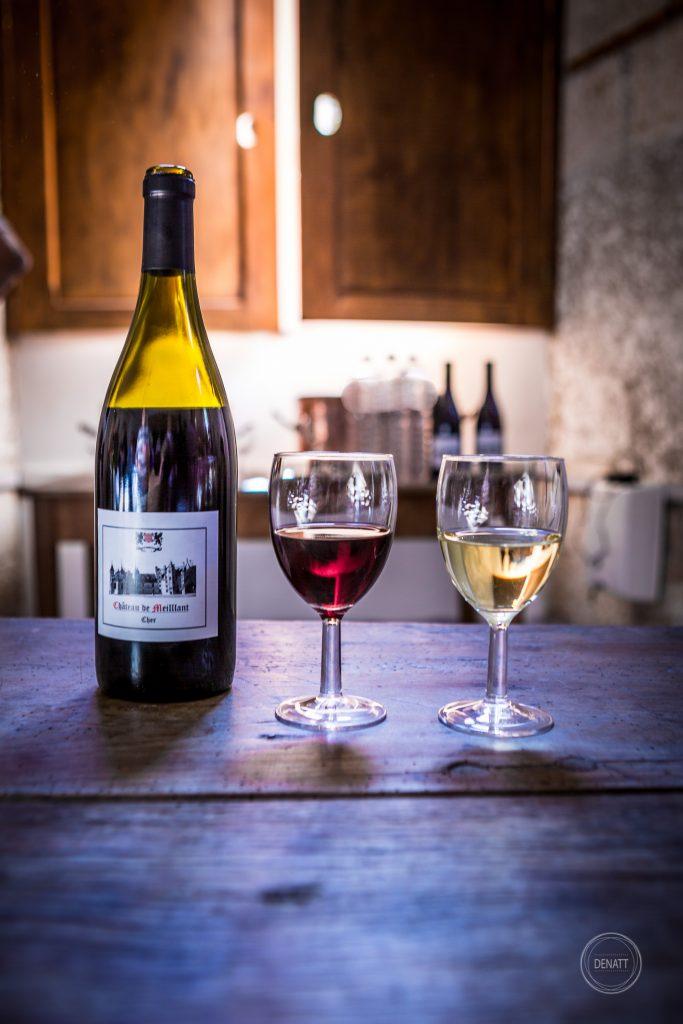 Composition bouteille et verre de vin blanc et rouge