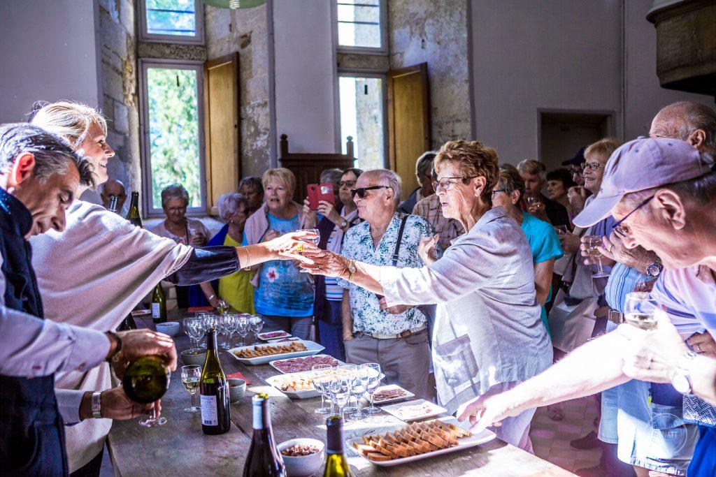 Distribution de verre de vin à groupe de touriste