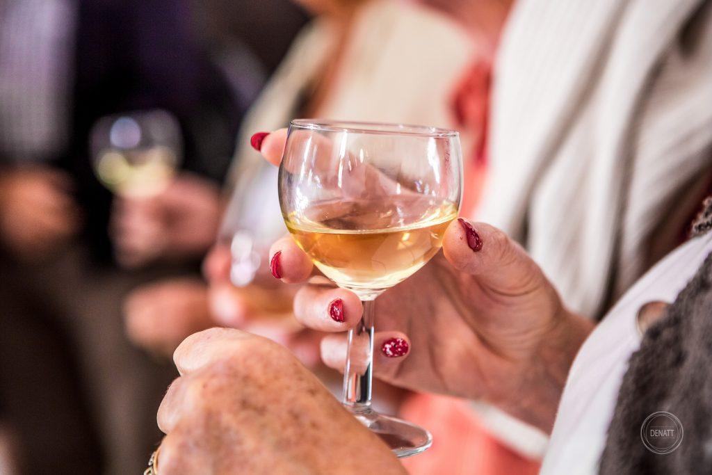verre de vin blanc et vernis à ongles rouge et paillettes