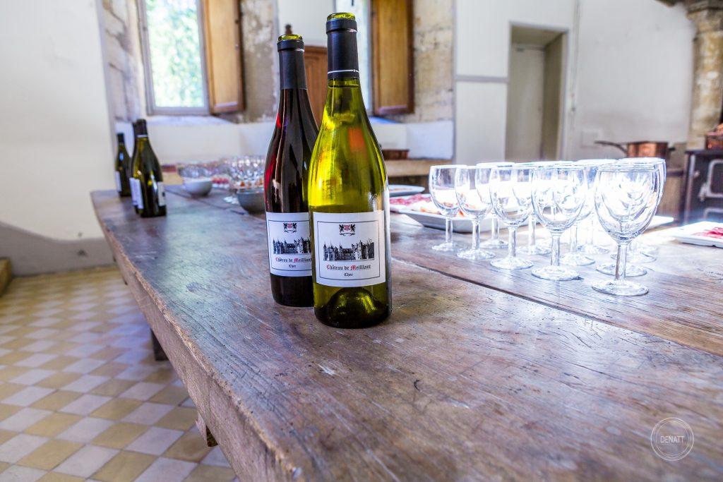 Vin rouge et blanc dans la cuisine du château