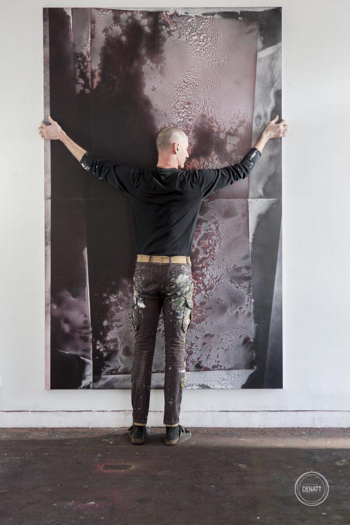 Sylvain Polony face à une de ses créations grand format
