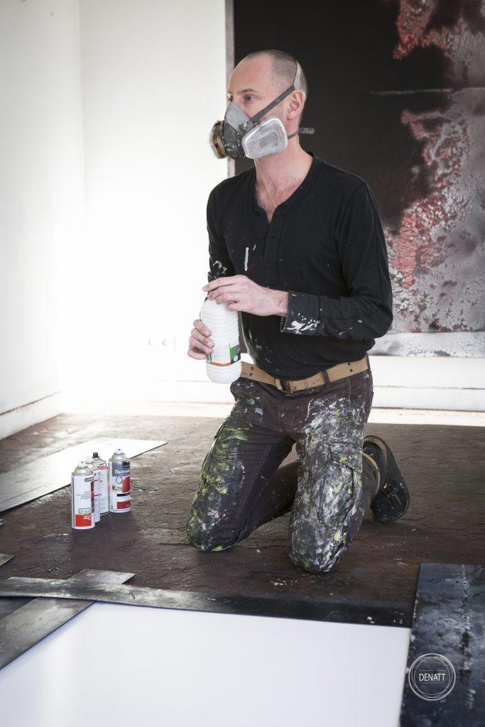L'artiste Sylvain Polony débute la création d'une toile
