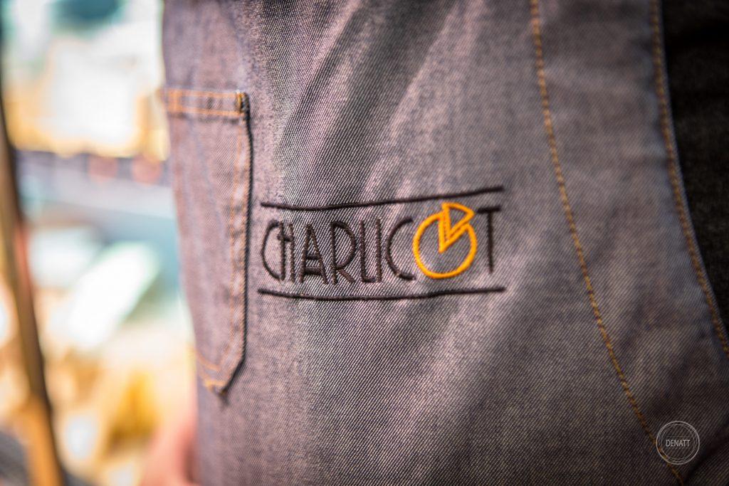 Portrait métier et détail de logo brodé sur tablier de fromager, tablier de commerçant