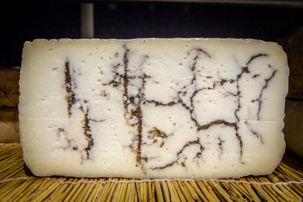 Gros plan sur un fromage persillé chez Charlicot fromagerie pour reportage métier