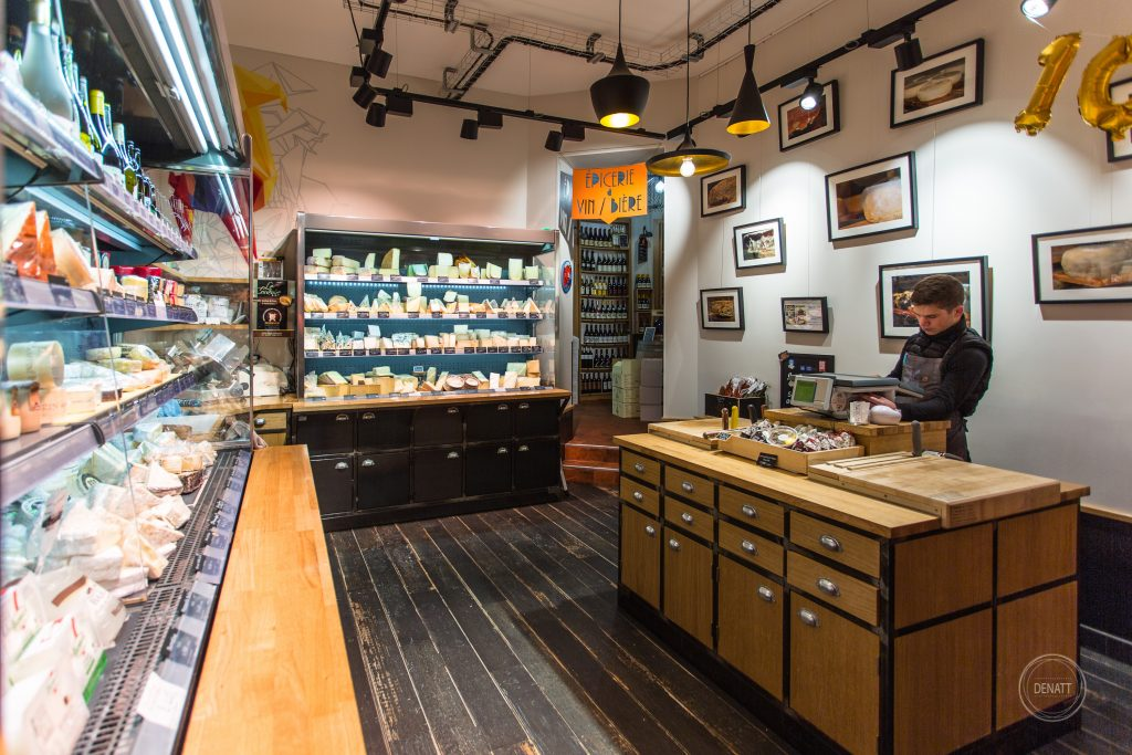 Plan large de la boutique Charlicot à Paris, photo métier de fromager