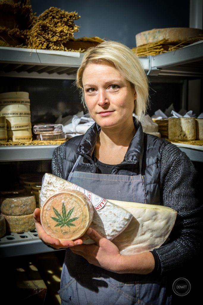 Portrait métier de commerçant, fromagère portant des fromages