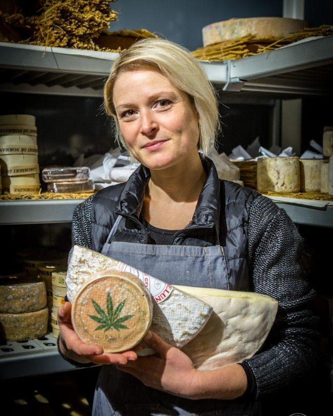 Portrait métier de Charlène, fromagère dans sa cave d'affinage