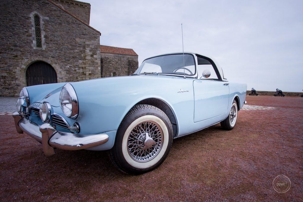 Vue de côté d'une voiture de collection bleu ciel, Sunbeam alpine