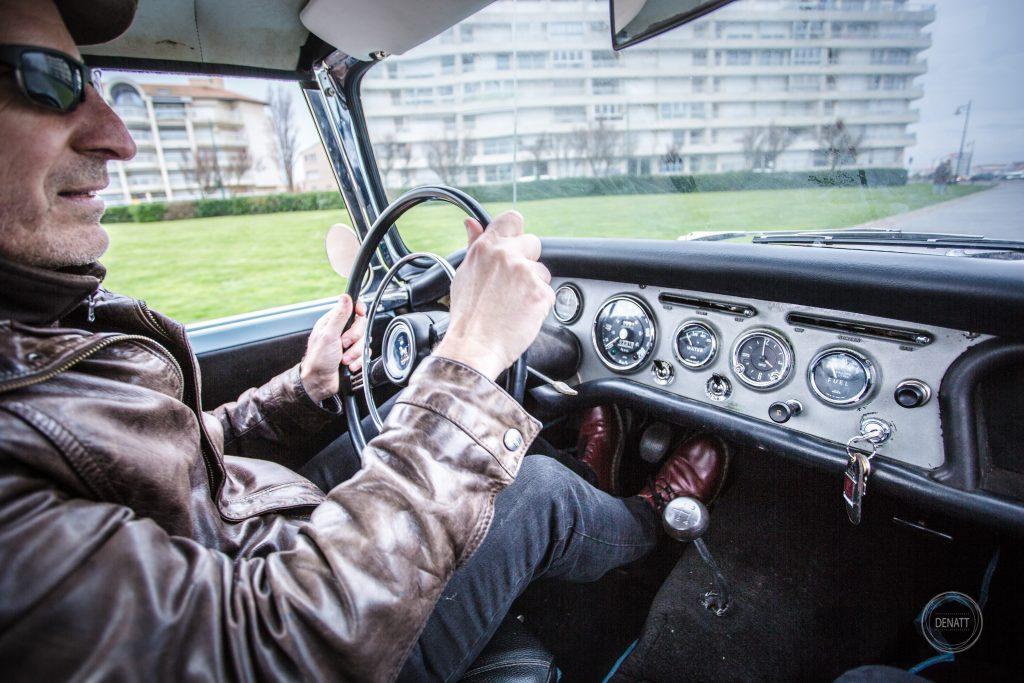 Frédéric, collectionneur passionné, au volant de sa Sunbeam Alpine
