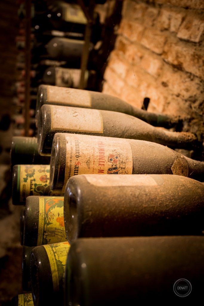 poussière sur vieilles bouteilles de vin 1960 © agence Denatt